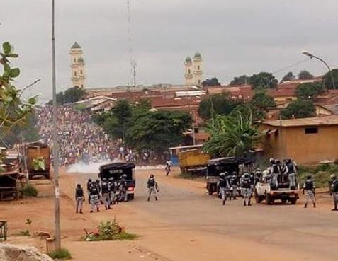 Les manifestants face aux forces de l'ordre à Daloa. Image, imatin net