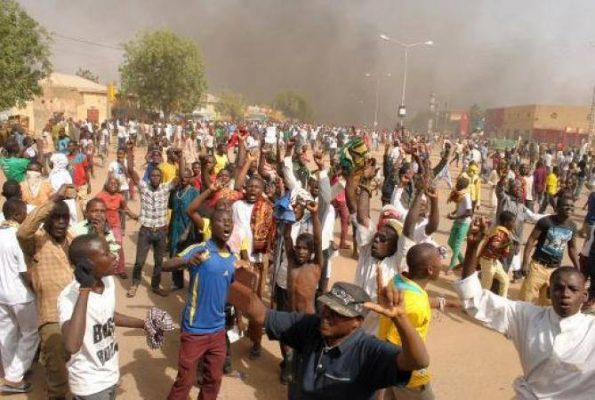Les manifestants en action. Mali-web